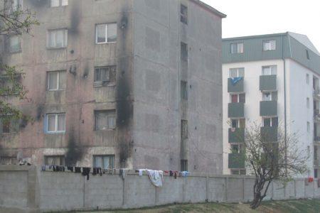 MARELE ZID TIGANESC – Primaria Baia Mare ridica un zid de trei metri in jurul blocului Horea 46B